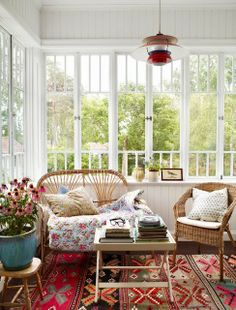 This would be my dream windows for the sunroom/office in my Placerville home. Style At Home, Enclosed Porches, Screened Porches, Interior And Exterior, Interior Design, Interior Stylist, Porch Decorating, Decorating Ideas, Home Fashion