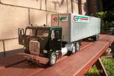 Freightliner 1/25 scale model truck
