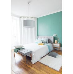 Outro exemplo da combinação bem-vinda entre banco ao pé da cama e a cabeceira, no mesmo tom de azul e trabalhados em capitonê. A peça é útil, ainda, na hora de apoiar as almofadas para arrumar a cama.
