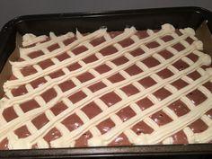 Veľmi obľúbená prešívaná deka trochu inak, doplnená banánmi a čokoládovým krémom. Vynikajúci koláč, ktorému neodoláte. Waffles, Cooking, Breakfast, Food, Top Recipes, Sheet Cakes, Raspberries, Oven, Dessert Ideas
