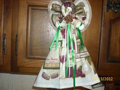 Kitchen towel angel.  Tutorial on how to create this angel using pot holders and coordinating kitchen towels