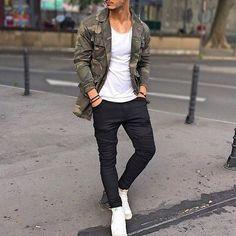 Acheter la tenue sur Lookastic: https://lookastic.fr/mode-homme/tenues/veste-en-jean-t-shirt-a-col-rond-jean-skinny/19748   — T-shirt à col rond blanc  — Veste en jean camouflage olive  — Bracelet brun foncé  — Jean skinny noir  — Baskets montantes blanches