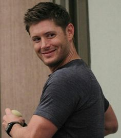 OMG, Is that an apple in Dean's hand? <-- Obviously Jensen not Dean. LOL