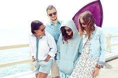 Camicie di Tamu e Andrea, felpa e bermuda di Eleonora Surf Shack, occhiali da sole Tommy Hilfiger Surf Shack by Safilo, total look Tommy Hilfiger