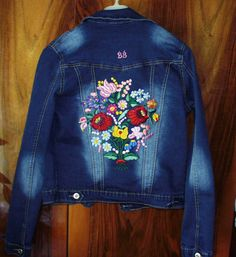 Gyönyörű kalocsai mintával hímeztem ki ezt  a dzsekit.