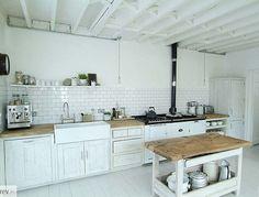 Cocina blanca y rustica