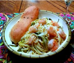 Cut the Carbs: Shrimp Scampi with Zucchini 'Pasta' by. Would you judge me if I made it super granola by doing it with quinoa noodles and zuchini? No Carb Recipes, Great Recipes, Favorite Recipes, Yummy Recipes, Quinoa Noodles, Veggetti Recipes, Scampi, Zucchini Noodles, Yummy Food