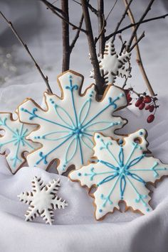Christmas ~ Beautifully decorated blue and white gingerbread cookies. Christmas Party Food, Christmas Sweets, Christmas Gingerbread, Noel Christmas, Christmas Baking, Gingerbread Cookies, Christmas Crafts, Christmas Decorations, Christmas Fireplace