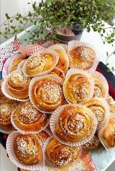 Kanelbullar - Mjuka och saftiga - Zeinas Kitchen Baking Buns, Swedish Recipes, Dessert Recipes, Desserts, Tart, Nom Nom, Muffin, Brunch, Sweets