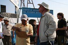 En la bahía Angel esperando el barco que lo iba a llevar a las Isla de las Ballestas.Indice del Blog: El Mundo de Pepe Hermano