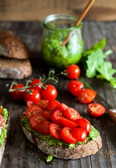 Bruschetta with pesto & cherry tomatoes (Santorinis cherry tomatoes are delicious) Think Food, Food For Thought, Love Food, Do It Yourself Food, Healthy Snacks, Healthy Recipes, Healthy Detox, Eat Healthy, Delicious Recipes