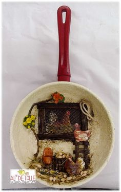 Rosabel manualidades: Sartenes decoradas Arte Do Galo, Clay Wall Art, Decoupage Art, Garden Crafts, Kitchen Art, Hanging Art, Altered Art, Framed Wall Art, Wood Crafts