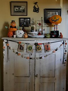 I absolutely love Halloween. I love haunted houses, scary movies (as long as the hubby isn't out of town), the creepy decorations and I l. Shabby Chic Halloween, Vintage Halloween, Fall Halloween, Happy Halloween, Halloween Party, Halloween Halloween, Fright Night, Fireplace Mantle, Fall Diy