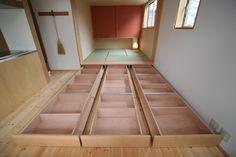小上がりの和室の畳下全部、引出し(通称 ムカデ収納) チャンネルにより繋がっているのでこの場合9つに別れます。 キャスターが横に付いているのところがミソです。 高さが損なわずに収納量が減りません。