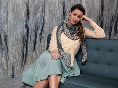Gratis PDF strikkeopskrift og garn til modellen finder du hos www. Shawl Patterns, Stitch Patterns, Art Deco Movement, Wide Stripes, Classic Man, Garter Stitch, Winter Collection, Crochet, Feminine