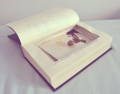 Buch mit Geheimfach. Hier eine einfache Anleitung wie man sein eigenes Geheimfachbuch selbermachen kann. Von außen Buch, von innen Aufbewahrungsbox