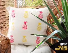DIY pineapple pillow for the work girls next Christmas Pillow Crafts, Diy Pillows, Dyi, I Spy Diy, Ideias Diy, Printed Cushions, Pineapple Print, Sewing Projects, Fun Projects
