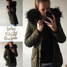 Super gave parka met zwarte fake fur!!  Bij Flot Fashion slechts €119.95!! Voor info:  Info@flotfashion.nl