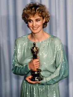 Jessica Lange with her first Oscar for ''Tootsie'', in 1983 Academy Award Winners, Academy Awards, Hollywood Fashion, Hollywood Glamour, Hollywood Style, Jessica Lange Oscar, Jessica Lange Tootsie, Broadway, Bo Derek
