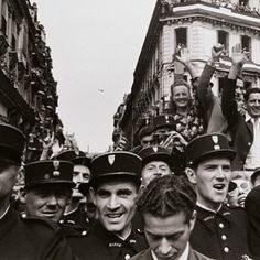 (@photographmag) sur Instagram : Robert Capa, The Liberation, Champs Elysee, Paris, 26th August, 1944.