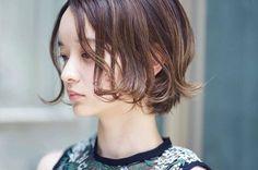 最近では、前髪のないスタイルやアシンメトリーなスタイルもショートボブとして認識され、ショートボブのスタイルも多様化しているんです! 今回は、大人の女性でもチャレンジしやすい、大人かわいいショートボブをご紹介します♪ ぜひ、今度のヘアカットの参考にしてくださいね! Short Hair With Layers, Short Hair Cuts, Short Hair Styles, Love Hair, My Hair, Pretty Hairstyles, Girl Hairstyles, Cabello Hair, Hair Arrange