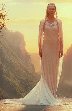Galadriel. Vestido con el que la vemos en la trilogía El Hobbit. Una vez más, Galadriel viste de blanco con adornos de pedrería.