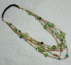 Collar gargantilla en cristales verdes manzana y verdes al tono , cadenas doradas y verde pistacho