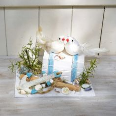 Hier für Euch eine kleine Schatzkiste, für das Brautpaar! Auf einer Kunststoffplatte habe die ich Sand und einige Muscheln aufgeklebt.Darauf die Schatzkiste mit einem süssen Taubenpärchen... Health Motivation, Snow Globes, Life Hacks, Miniatures, Etsy, Christmas Ornaments, Holiday Decor, Children, Creative