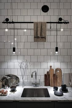 Post: Historia y modernidad en un bajo industrial nórdico en Gotemburgo --> decoración interiores, decoración nordica oscura, estilo industrial, estilo masculino, estilo nórdico, local bajo sueco, manta cross blanket, pia wallen, scandinavian bedroom, scandinavian interior, interior design, home decor, decor inspiration, hygge, danish design, scandinavian design