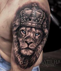 Tattoo de Leão realismo que rolou aqui no Estúdio Matilha Tattoo em São Paulo - SP. Tatuagem feita no ombro estilo masculino. Leão com coroa detalhada e olhos azuis. Para orçamentos chame no WhatsApp (11) 93011-4303. #tattoo #liontattoo #tatuagem #tatuagemleao #leao #realismo #realismo #tattoo #lionking #reileao #lionkingtattoo #blackandgreytattoo #blackandgrey Lion Sleeve, Lion Tattoo Sleeves, Full Sleeve Tattoos, Tattoo Sleeve Designs, Tattoo Designs Men, Left Arm Tattoos, Leo Tattoos, Hand Tattoos, Sketch Tattoo Design