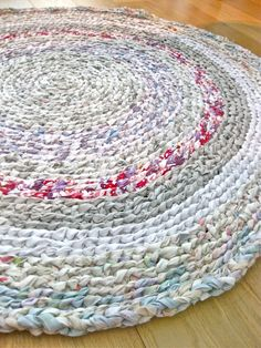 Rag rug inspiration - round diy bed sheets, old sheets, vintage sheets, fit Diy Bed Sheets, Old Sheets, Vintage Sheets, Fitted Sheets, Rag Rug Diy, Diy Rugs, Tshirt Garn, Homemade Rugs, Braided Rag Rugs