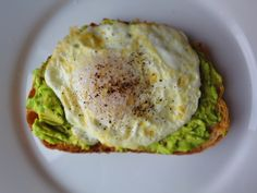Egg with guacamole (without the toast :) ) Cook an egg. Cover it with avocado, or guacamole Sometimes I put a tomato on it as well. I Love Food, A Food, Guacamole, Cooking Photos, Cooking Ideas, Food Ideas, Brunch, Healthy Cooking, Healthy Food