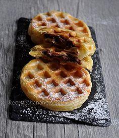 Il faut de la pâte feuilletée    Du Nutella    Du sucre glace    Etaler un peu de Nutella sur des petits disques de pâte feuilletée, couvrir avec un autre disque de pâte et mettre à cuire pendant 4 à 5 minutes dans un gaufrier !    Voilà c'est prêt