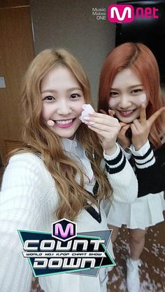 Red Velvet(レッベル)の イェリとジョイは 花びらを持ったり...