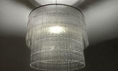O Studio Verissimo utilizou colherinhas de plásticos para confeccionar a luminária Shiny.