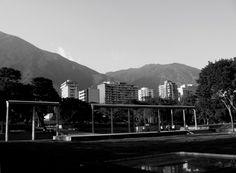 Vista de el Pico Oriental y el Pico Naiguatá desde el Parque del Este, Caracas, Venezuela. Julio de 2010.
