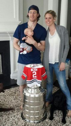 Family photo of the ice hockey player, married to Kelly-Rae Keith, famous for Chicago Blackhawks & Canada.