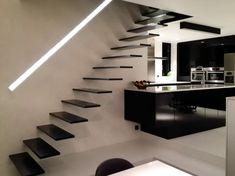 Zwevende treden in zwart staal. Model Wallclimber flat in brut staal van Genico.