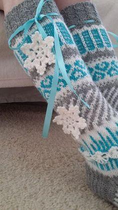 Frozen-anelmaiset Ohje: Novitan sukkalehti 2015 (Anelma Kervinen) Jo muutaman vuoden pikkutyttöjen (ja vähän isompienkin) fanituks... Crafts To Do, Yarn Crafts, Arts And Crafts, Knitting For Kids, Knitting Socks, Knit Socks, Designer Socks, Knitted Blankets, Mittens