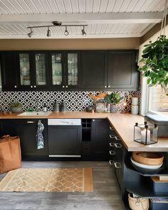 That backsplash really gives that kitchen life! Kitchen Room Design, Home Decor Kitchen, Kitchen Interior, New Kitchen, Black Kitchens, Home Kitchens, Küchen Design, House Design, Unique Home Decor