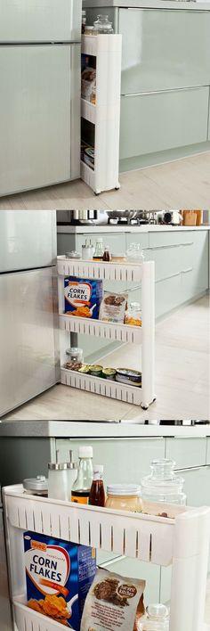 """Un rangement """"passe-partout"""" sur roulettes, pratique, peu encombrant et astucieux, à glisser entre les espaces perdus dans une petite cuisine pour gagner facilement des étagères de rangement et de stockage. À utiliser par exemple dans les espaces étroits (entre le frigo, les meubles et les murs)."""