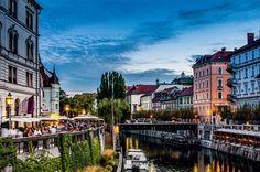 A vida pulsa às marges do Rio Liublianica, em Liubliana, na Eslovênia