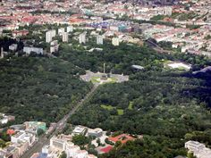 Berlin-Tiergarten park with the 'victory column' in the middle, followed by Südliches Hansaviertel, Spree and Moabit