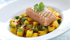 Norwegian salmon is perfect for grilling. A fresh mango salad with hot chili goes well with salmon and doesn't take long to make. Home Recipes, Fish Recipes, Red Chili Peppers, Scandinavian Food, Laksa, Mango Salad, Fresh Coriander, Salmon Fillets, Grilled Salmon