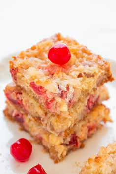 Pina Colada Seven Layer Bars. Pina Colada Seven Layer Bars - Eat your pina colada rather than drinking one with these fast EASY no-mixer bars that taste TROPICAL! Cranberry Bliss Bars, Köstliche Desserts, Delicious Desserts, Dessert Recipes, Tropical Desserts, Bar Recipes, Recipies, Cherry Desserts, Health Desserts
