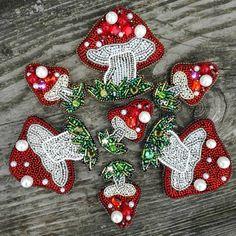 Bead Embroidery Jewelry, Fabric Jewelry, Beaded Embroidery, Hand Embroidery, Bead Crafts, Jewelry Crafts, Fabric Flower Brooch, Native Beadwork, Lesage