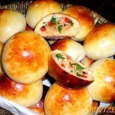 Receita de Pãozinho de batata recheado com frango e catupiry - 300 gr de batata cozida e amassada, 2 tabletes de fermento biológico fresco, 100 gr de margar...