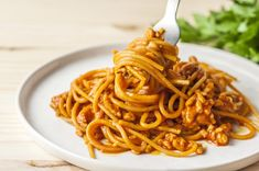 Slimming This slow cooker cheesy spaghetti is a comfort food you won't want to miss. Meaty and cheesy goodness without all the calories or fat! - Data using turkey sausage: Yields: 8 servings Healthy Low Calorie Meals, Low Calorie Dinners, Healthy Slow Cooker, No Calorie Foods, Low Calorie Recipes, Slow Cooker Recipes, Crockpot Recipes, Healthy Recipes, Freezer Recipes