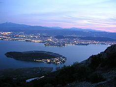 Panoramic view of Ioannina / The city of Ioannina is located at an altitude of about 480 m on the western shore of Lake Pamvotida. Travel Around The World, Around The Worlds, Greece Travel, Greece Trip, Thessaloniki, Vacation Spots, Cool Photos, Amazing Photos, Travel Photos