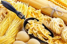 When comparing egg noodles and pasta, you'll find that the two are almost nutritionally equivalent. A better, healthier option is pasta made from vegetables. Pasta Al Pesto, Pasta Nutrition, Easy Delicious Recipes, Egg Noodles, Healthy Pastas, Pasta Salad Recipes, Healthy Eating Tips, Tortellini, Ravioli